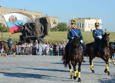 The cavalry honorary escort of the Presidential Regiment speaks against the background of the monument to the heroes of the First World War on Poklonnaya Hill.