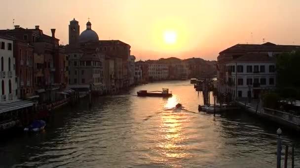 Pohyb lodí na kanálech v Benátkách