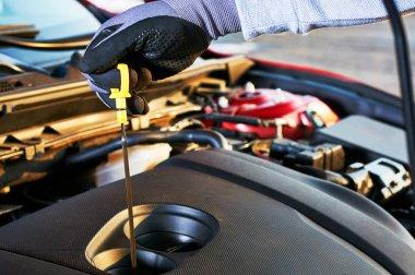 Modern araba motor yağı kademede kontrol. Güvenli sürüş için kış hizmet.
