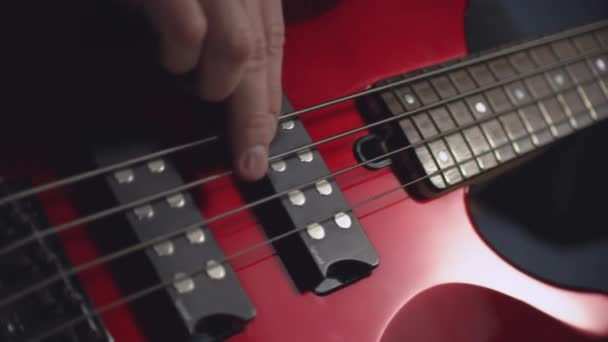 kytarista strums melodie