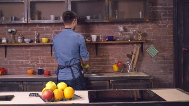 přítel drží čisté jídlo přítelkyně přichází v pokoji
