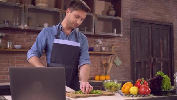 Männliche Cook romantische Mittagessen mit Internet im Haus.