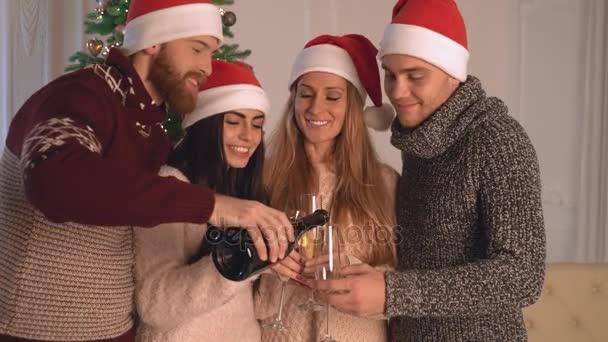 Muži a ženy držící poháry s vínem