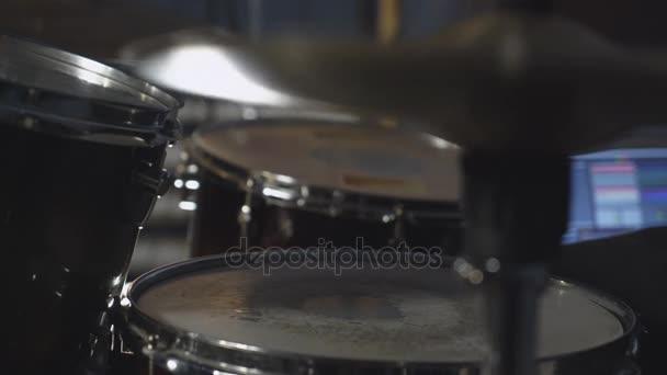 Közelről verte a ritmus a drum