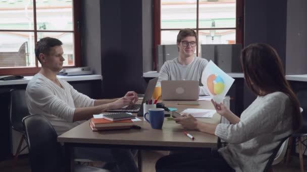 Samec a samice mluví v práci