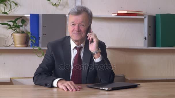 Středního věku správce pomocí mobil uvnitř