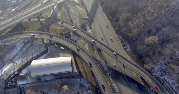 4 k záběry silniční dopravní křižovatka poblíž zimní les