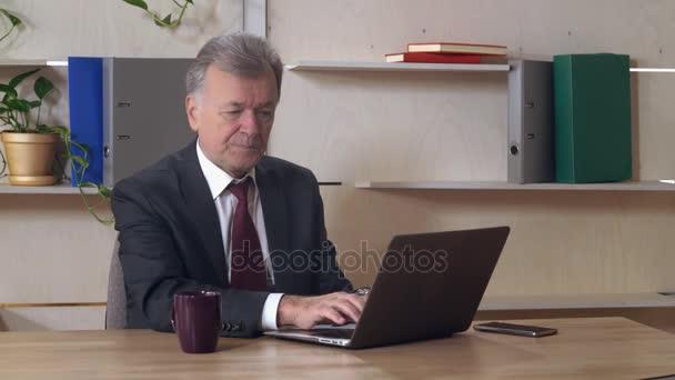 Geschäftsmann in Jahren bei der Arbeit.