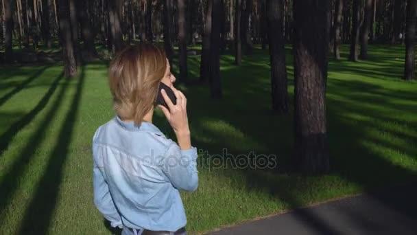 Dospělá žena používat mobilní telefon venku