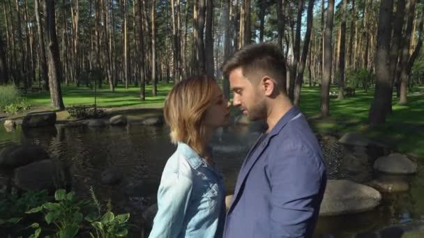 Mladý muž a žena líbat venku