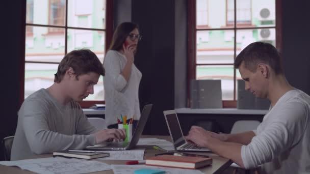Alkalmi középpontjában az emberek dolgozik számítógéppel