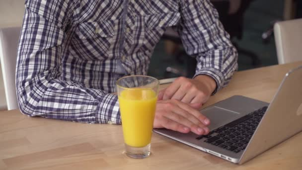 K nepoznání muž s plnovousem výpočetní techniky na laptop