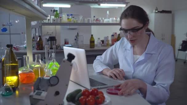 Laboratorní technik pracující v mikrobiologické laboratoři