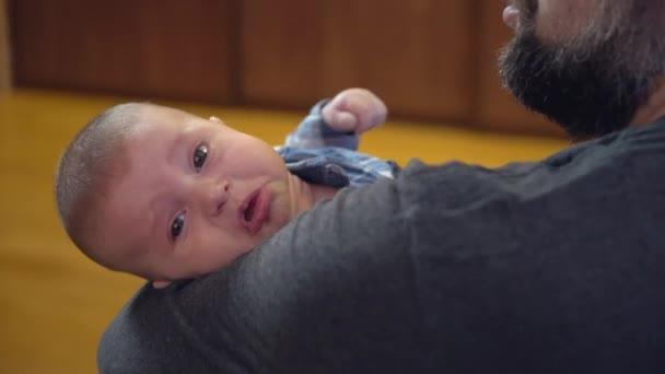 pláč novorozence s tátou