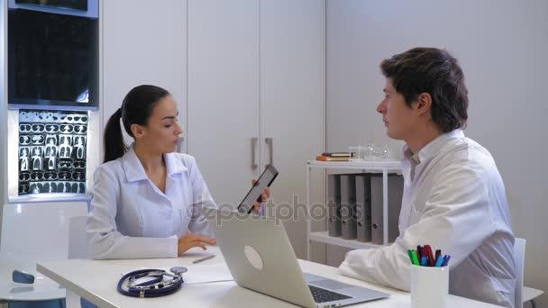 Lékař s asistentem v bílém úřadu