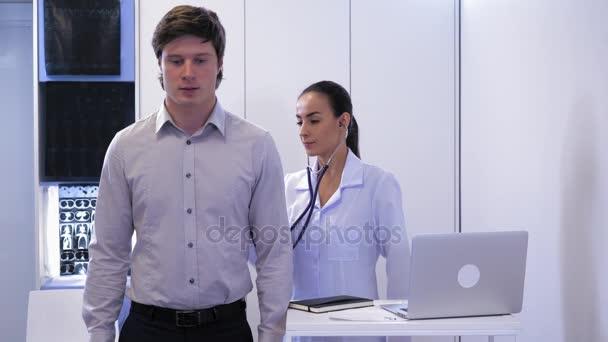 Lékař zkoumá a radí pacientovi