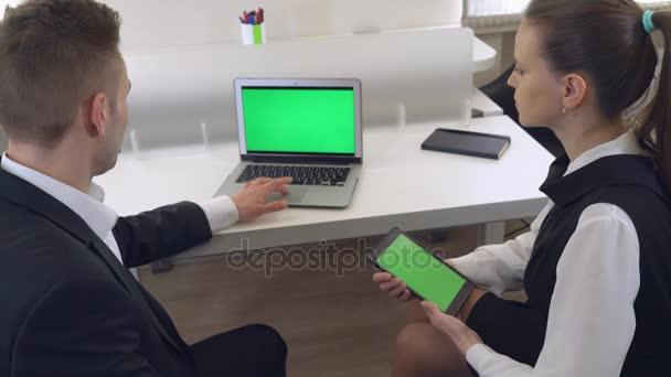 Co pracovníků mluví prostřednictvím počítače