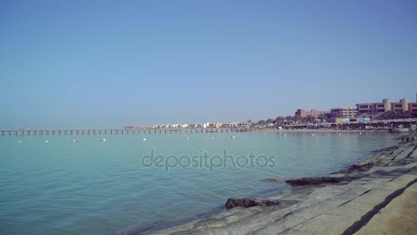 Waterscape e cielo blu in giorno pieno di sole.