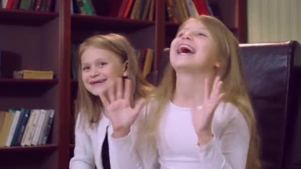 Portrét malé dívky s dlouhé blond vlasy vyžívá uvnitř