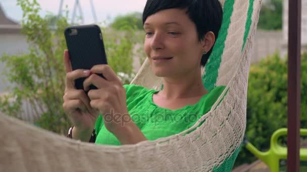 Mädchen-SMS auf Smartphone im Rathaushof
