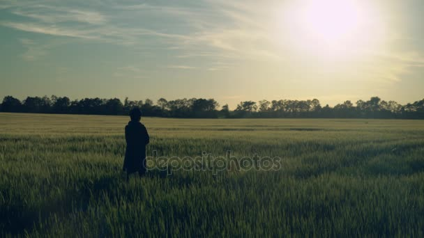 Ženy procházky při západu slunce