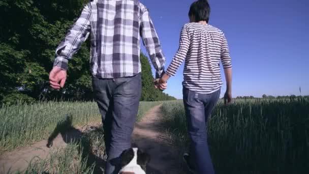 pár v lásce vyvenčit psa