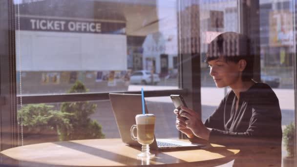 Dospělé samice využití aplikace na smartphonu v barech.