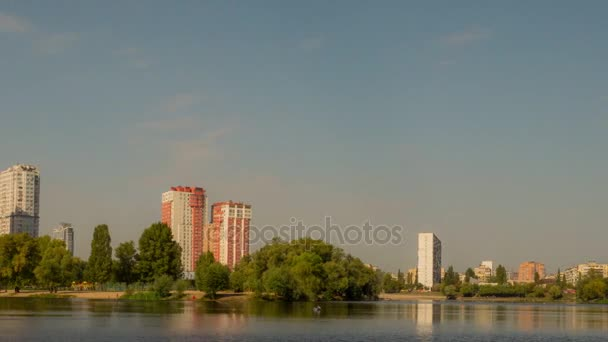 Čas zanikla podzimní jezero v paprscích slunce. Panorama