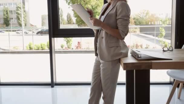 obchodního spolupracovníka v pokoji s moderním interiérem