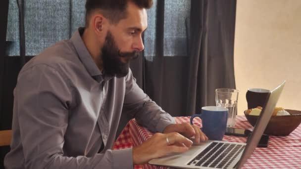 Mladí muži surfování internetu pití kávy