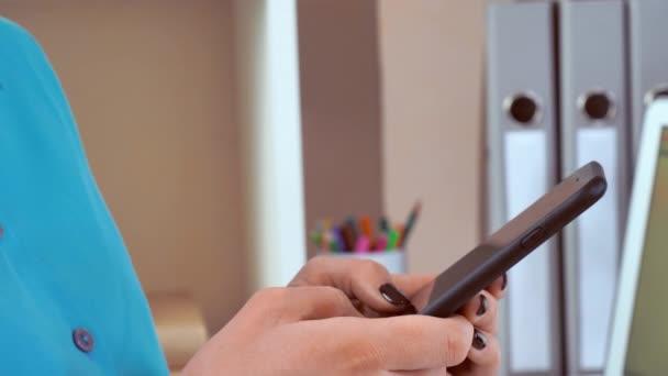 Closeup Finger messaging auf Telefon