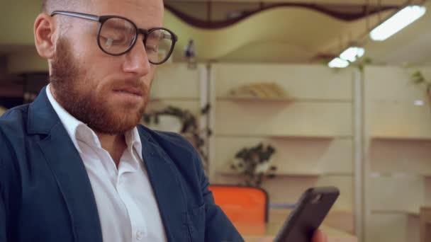 podnikatel, posouvání dotykové obrazovky na mobilních