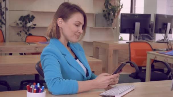 šťastný manažer mobilní telefon používat v interiéru