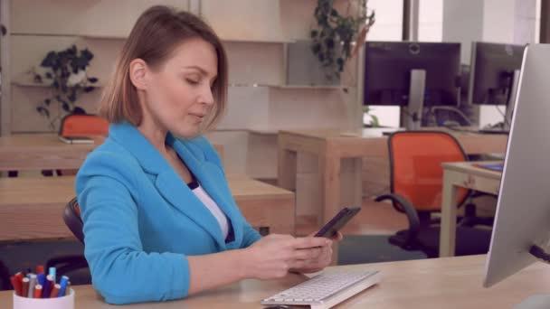 úspěšného zaměstnavatele v práci používat mobilní