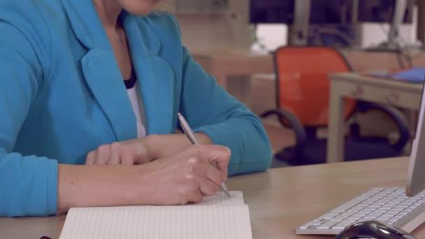 női kezek írja a firkatömb