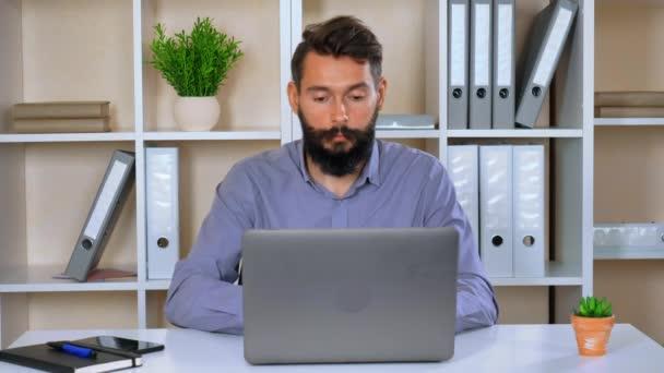 zaměstnavatel při pohledu zaměřuje na obrazovku počítače