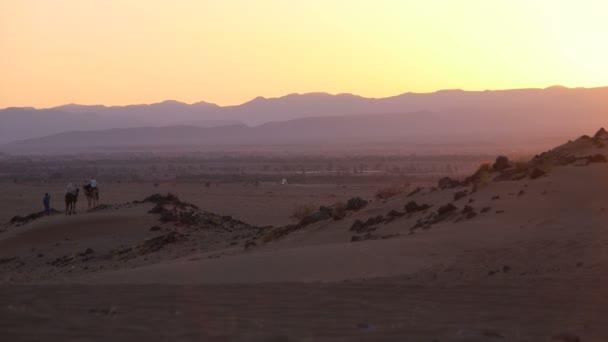 Turistické vychutnat západ slunce na Sahaře