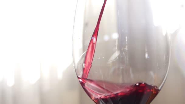 Pooring piros bor, egy pohár