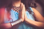 Fotografie zblízka žena ruce v gestu namaste