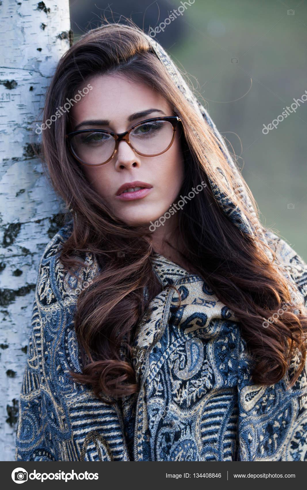 1dca668d28 Portrait de jeune belle fille avec des lunettes et écharpe closeup outdoor  — Image de cokacoka