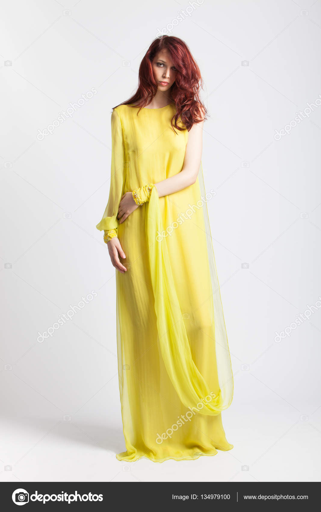 best cheap 3b971 60a91 Ragazza red-haired in vestito elegante lungo giallo — Foto ...