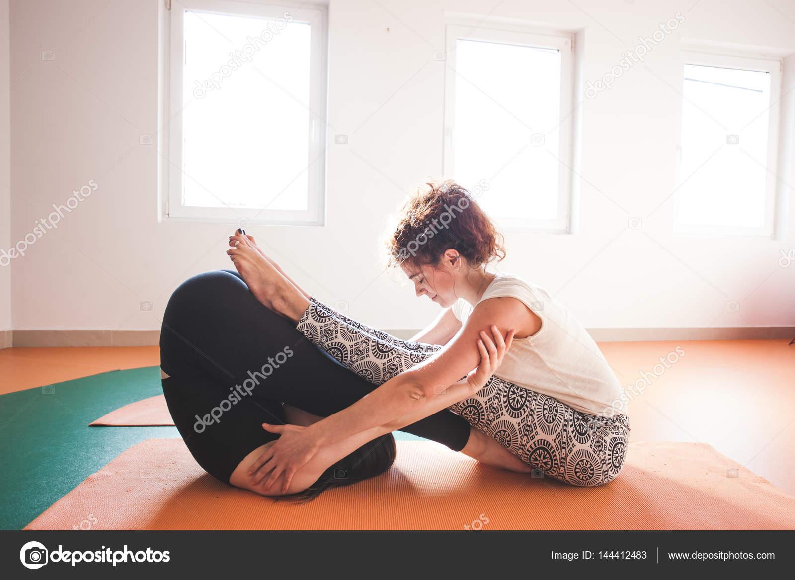 dos mujeres haciendo yoga interior — Fotos de Stock © cokacoka ... f28200cd523a