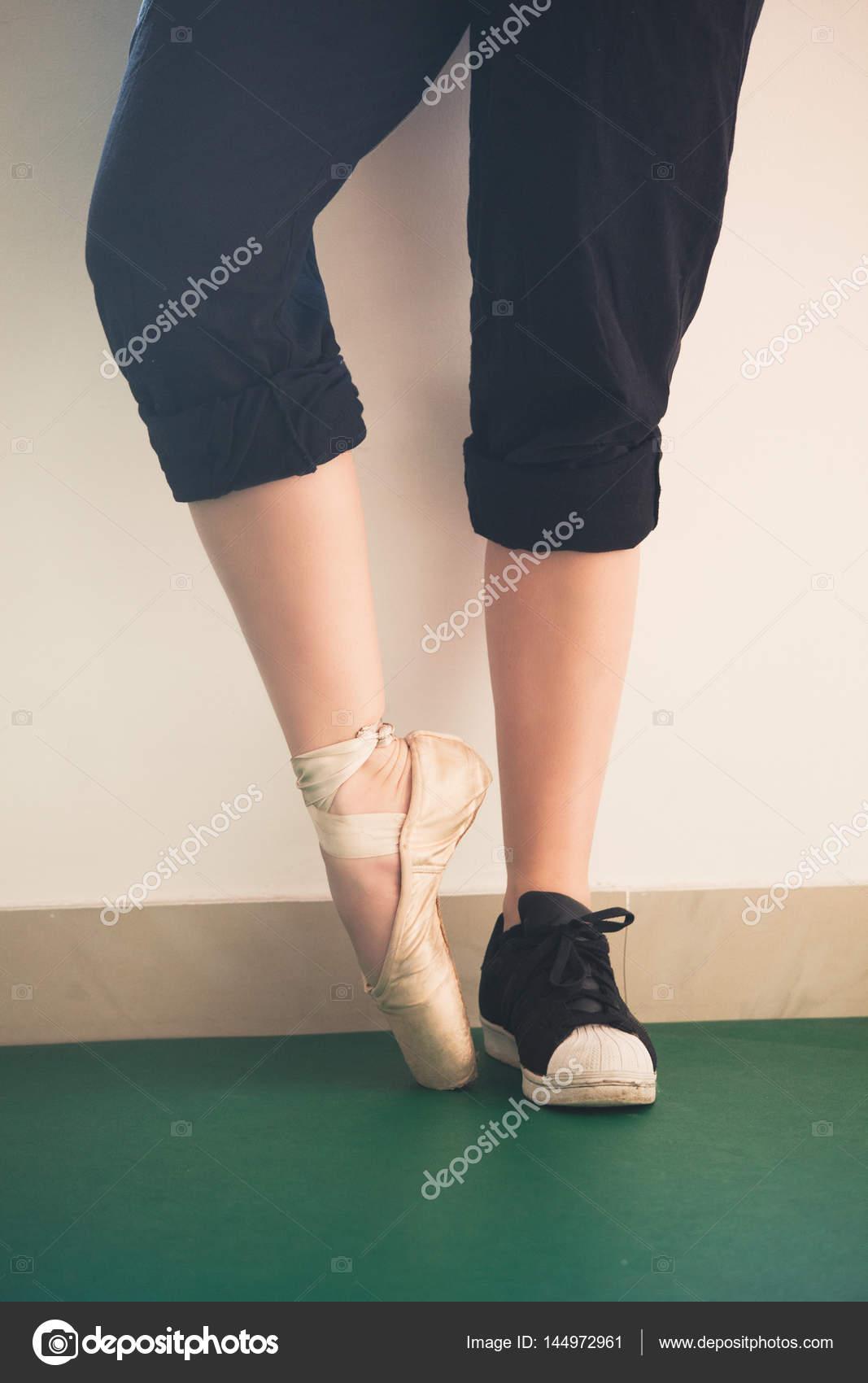 2fe7af377 Pies de chica bailarina en zapatillas y zapatos de ballet closeup ...