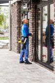 Fotografie Fensterputzer arbeiten am Gebäude im freien