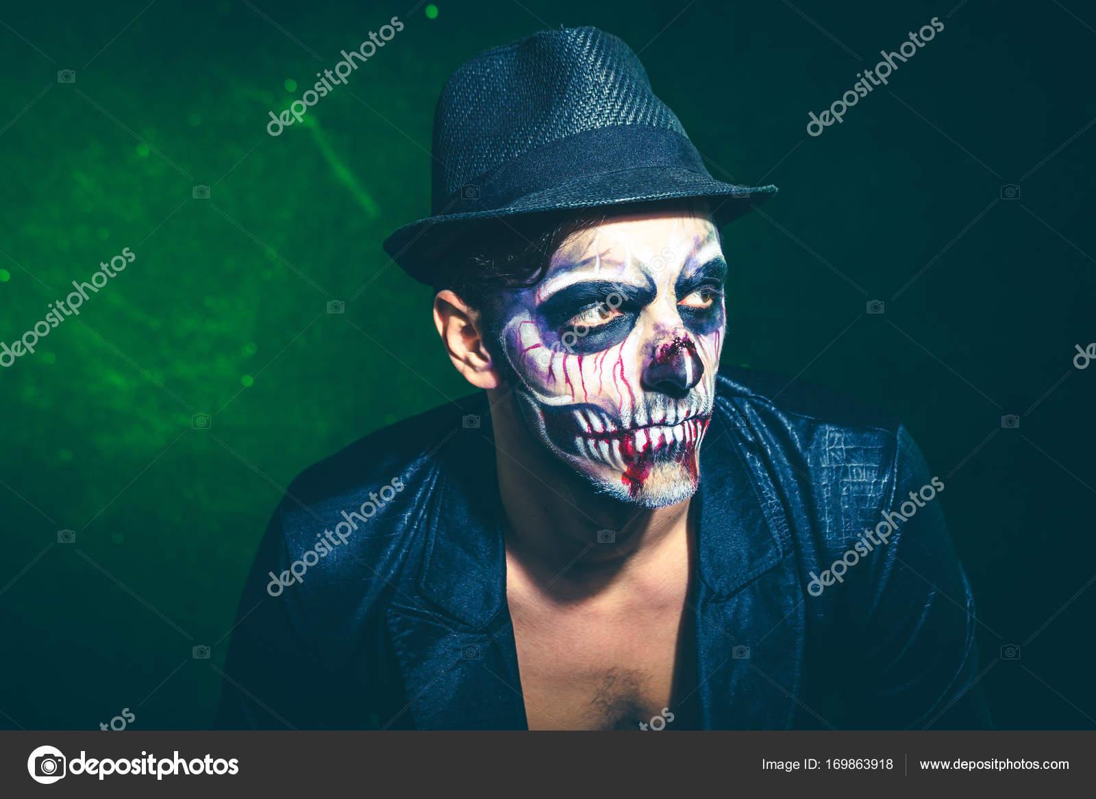 Scary halloween esqueleto hombre chaqueta y sombrero studio shot ...