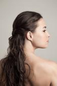 természetes szépség koncepció fiatal nő nedves haj profil és ba