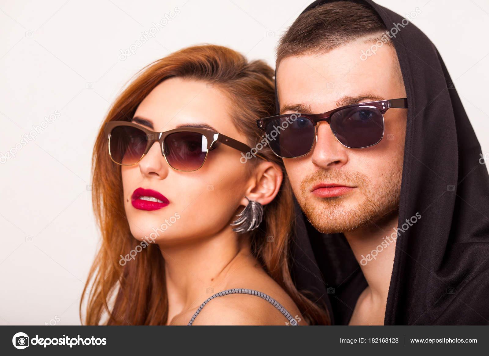 aaca6d1eb8521 Casal Lindo Moda Com Óculos Sol Fundo Branco Estilo Moda — Fotografia de  Stock