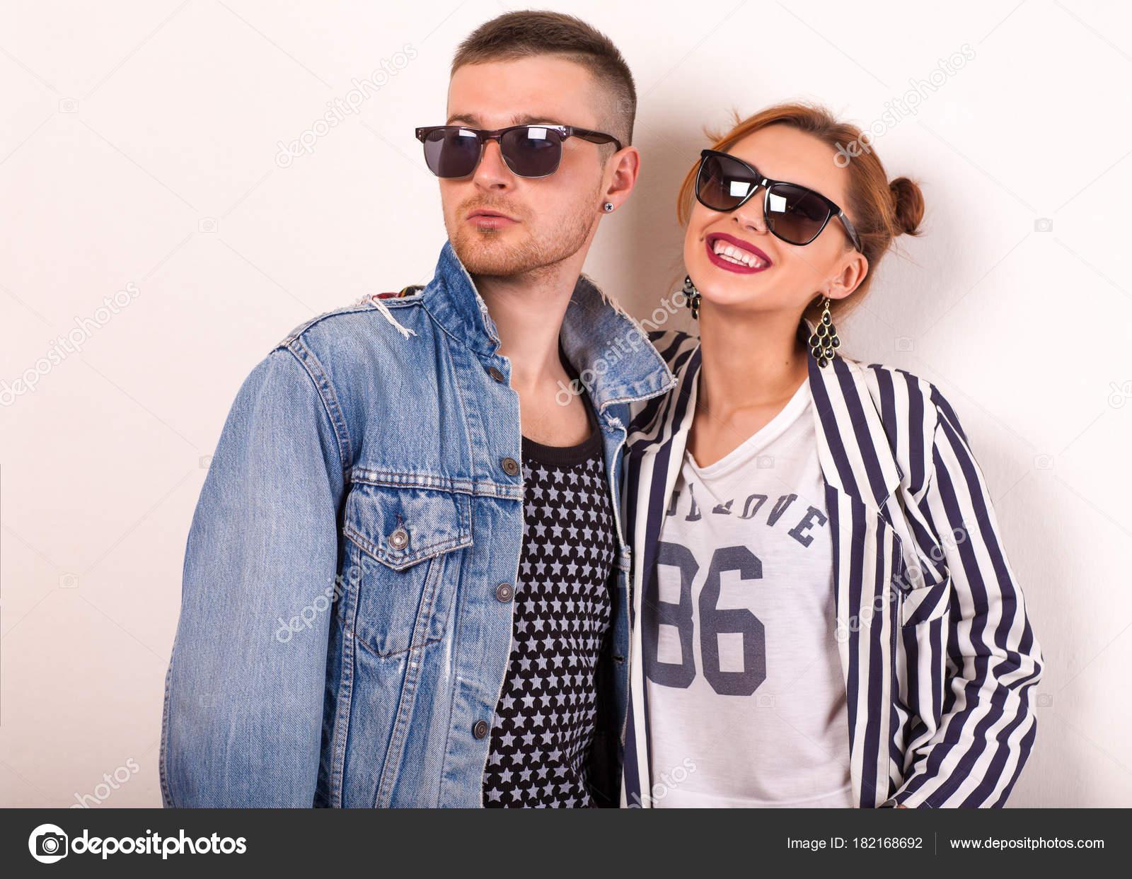 b6b09994a8 Pareja Manera Hermosa Con Gafas Sol Sobre Fondo Blanco Estilo — Fotos de  Stock