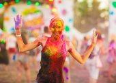 dívka slaví holi festival
