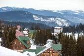 Photo high mountain ski resort with beautiful colorful house